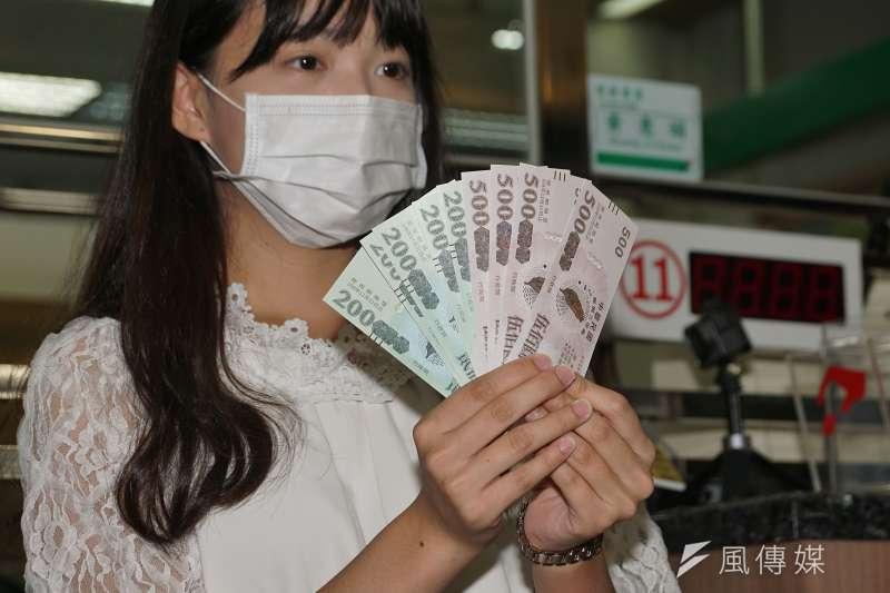 全台郵局15日起開放購領振興三倍券,民眾展示剛到手的三倍券。(盧逸峰攝)