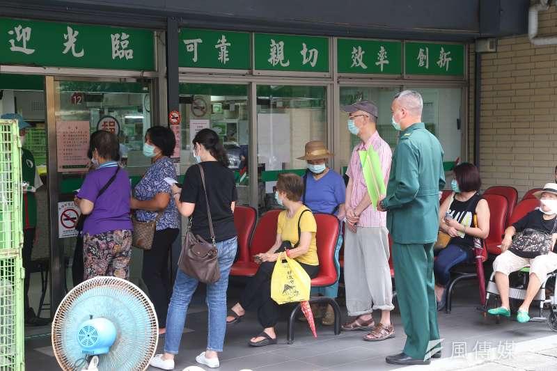 全台郵局開放領取振興三倍券,中華郵政預估18日(周六)將是本周人潮高峰。(資料照,顏麟宇攝)