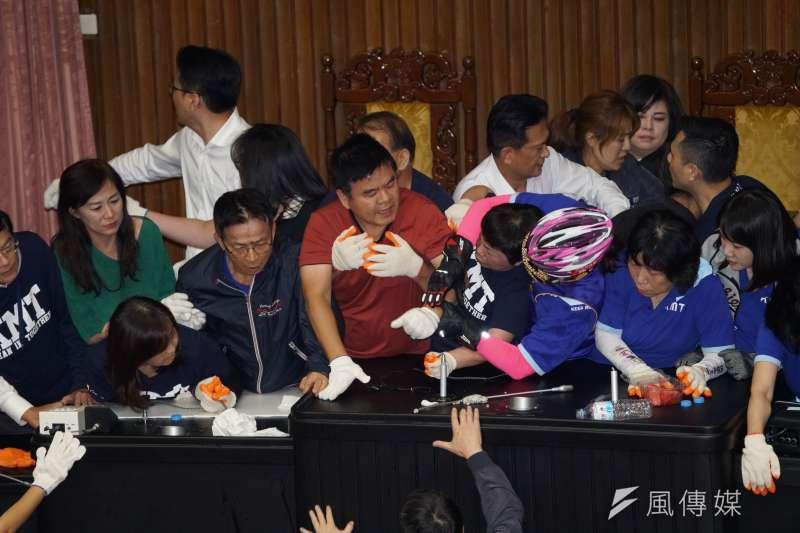 國民黨立委佔領主席台數日,16日下午遭民進黨立委強勢清場。(盧逸峰攝)