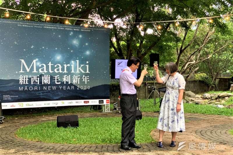 毛利新年:紐西蘭駐台代表涂慕怡與我國原民會主委夷將.拔路兒舉杯慶祝(簡恒宇攝)