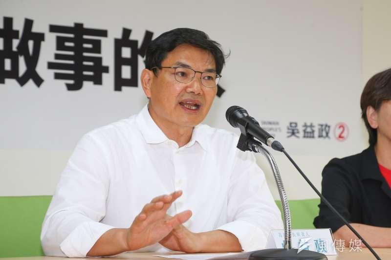 民眾黨高雄市長候選人吳益政16日出席「支持默默做事的人」首波競選CF發表記者會。(顏麟宇攝)