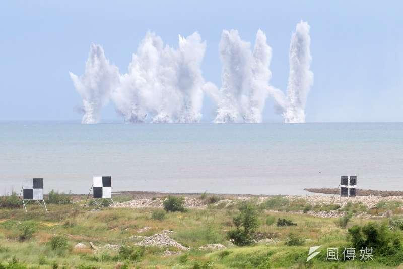 20200716-國軍漢光36號演習今(15)日進入第4天,其中在台中甲南海灘進行的「聯合反登陸作戰操演」被視為今年演習重點。圖為戰機空投炸彈後,在水面激起水柱。(蘇仲泓攝)