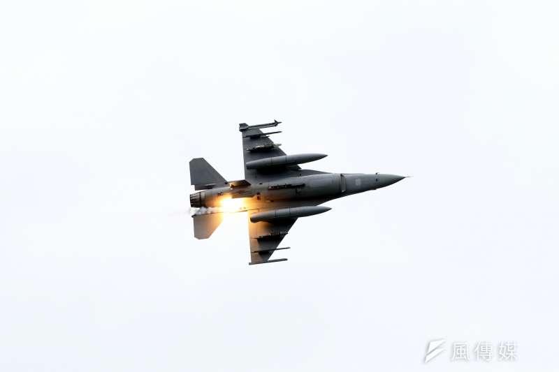 國軍漢光36號演習今(15)日進入第4天,其中在台中甲南海灘進行的「聯合反登陸作戰操演」被視為今年演習重點。圖為F-16V戰機。(蘇仲泓攝)
