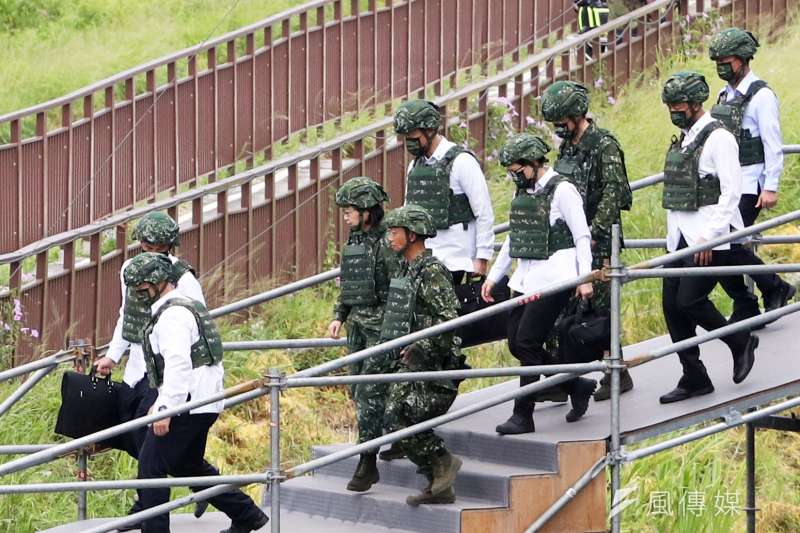 台中甲南海灘16日進行「聯合反登陸作戰操演」,總統蔡英文身著迷彩服前往視導。(蘇仲泓攝)