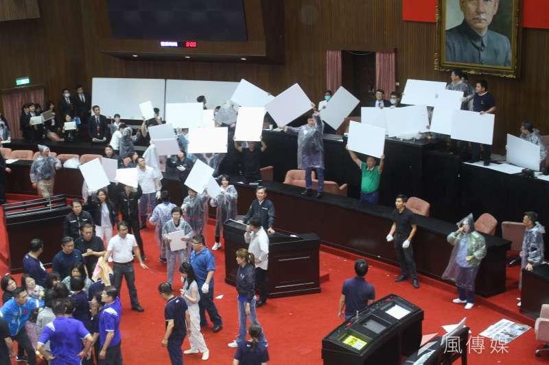 20200717-立院17日進行監院人事投票,在國民黨立委投擲水球的情況下進行開票。(蔡親傑攝)
