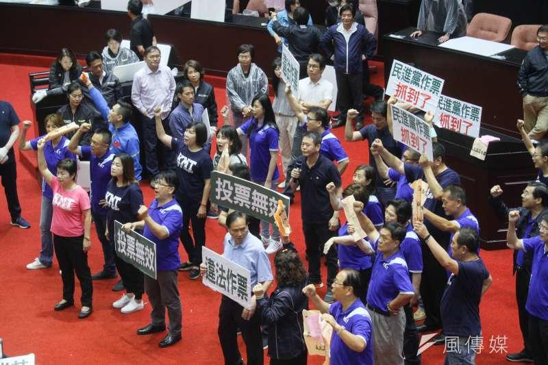20200717-立院17日進行監院人事投票,國民黨團立委對同意權投票表達抗議。(蔡親傑攝)
