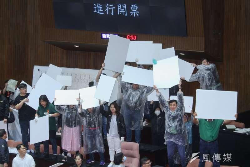國民黨砸水球過程中,立法院完成開票,通過陳菊擔任監察院長人事案。(蔡親傑攝)