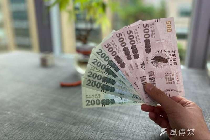 臺北市政府日前推出持有敬老卡及愛心卡者,使用三倍券可加碼1千元補助的優惠。(資料照,焦家卉)