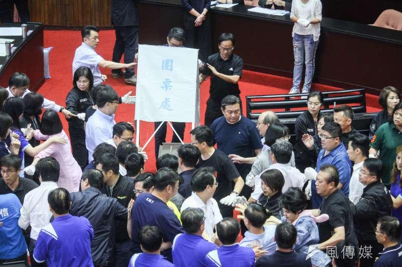 立院17日進行監院人事投票,國民黨一開始即表達審查無效,投票無效立場,並搶奪圈票區。(蔡親傑攝)