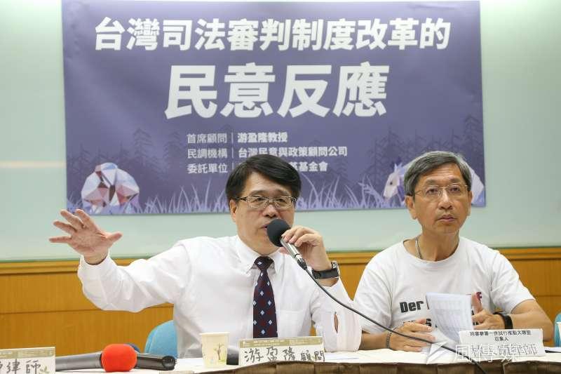 立法院22日三讀通過國民法官法,台灣民意基金會董事長游盈隆(左)嘆道,今日是台灣民主被糟蹋的、可恥的一天。(資料照,顏麟宇攝)