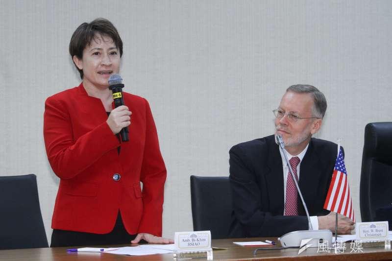 涉外人士分析,美國取消美台官員交往限制後,未來台灣外交官將會更能比照其他國外交官一樣,有尊嚴地與美方互動。圖左為駐美代表蕭美琴。(資料照,蔡親傑攝)