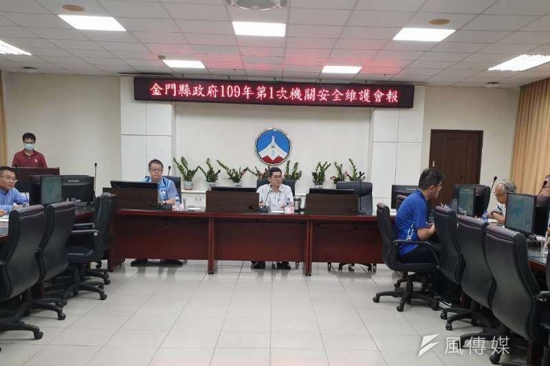 副縣長黃怡凱與政風處長陳治平主持專案會議。(圖/楊經緯攝)