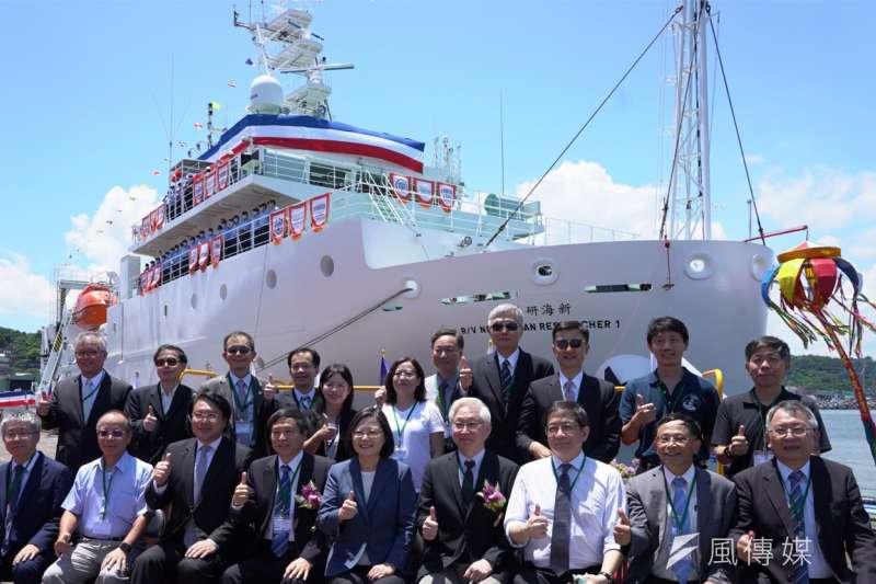 蔡英文總統為新一代海研船命名,並勉勵其能承接我國海洋科學基礎研究與海洋國土永續發展的使命,航向藍海,放眼國際。(圖/徐炳文攝)