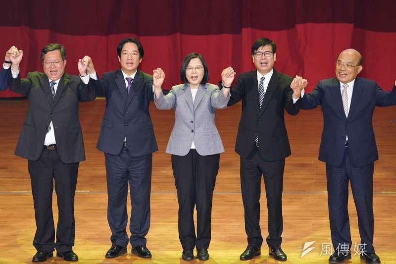 民進黨主席、總統蔡英文(中)承諾「不會讓全面執政,必定腐化成真」,但是近日民進黨政府的表現,似乎和蔡英文所說的頗有出入。(資料照,盧逸峰攝)