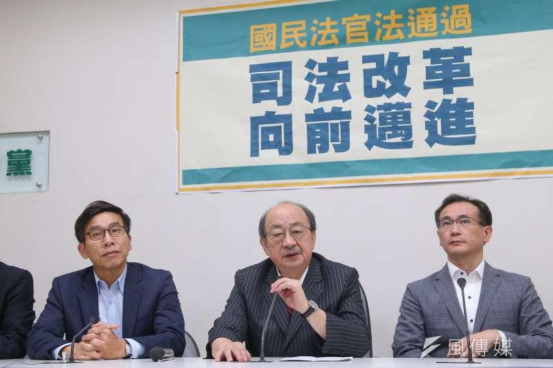 20200722-民進黨總召柯建銘(中)22日召開「國民法官法通過,司法改革向前邁進」記者會。(顏麟宇攝)