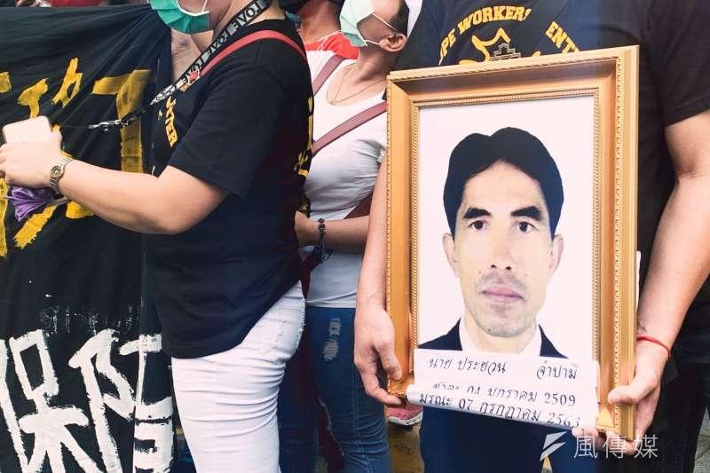 移工團體22日赴勞動部前召開記者會,揭露泰國移工拜倫悲慘遭遇。拜倫的兒子也捧著父親遺照出席記者會。(謝孟穎攝)