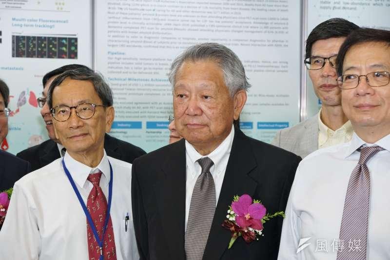 國光生技董事長詹啟賢(中)表示,自主研發的新冠疫苗啟動一期人體臨床試驗,首波受試者完成施打,目前一切順利,最快年底可以量產。(資料照,盧逸峰攝)