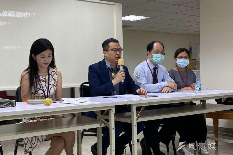 台北市議員羅智強(左二)23日召開「疫情影響留學夢碎,別讓孩子的青春再消磨1年」記者會。(方炳超攝)