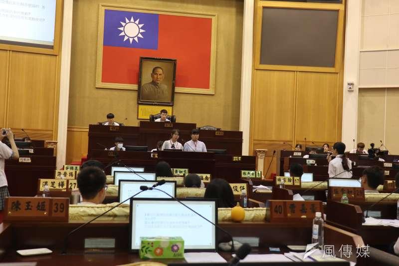 參與活動的學生坐在議員的座位上,針對議題提出質詢,體驗民意代表的問政過程。(圖/記者王秀禾攝)
