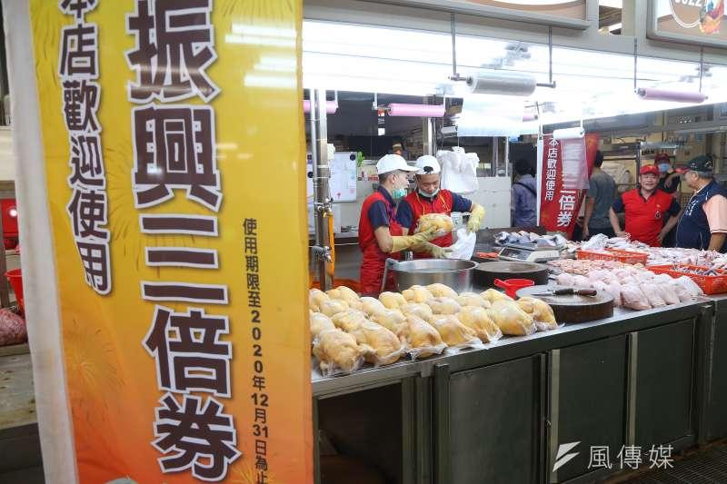 環南中繼市場25日舉辦開幕活動,店家擺出歡迎使用振興三倍券旗幟。(顏麟宇攝)