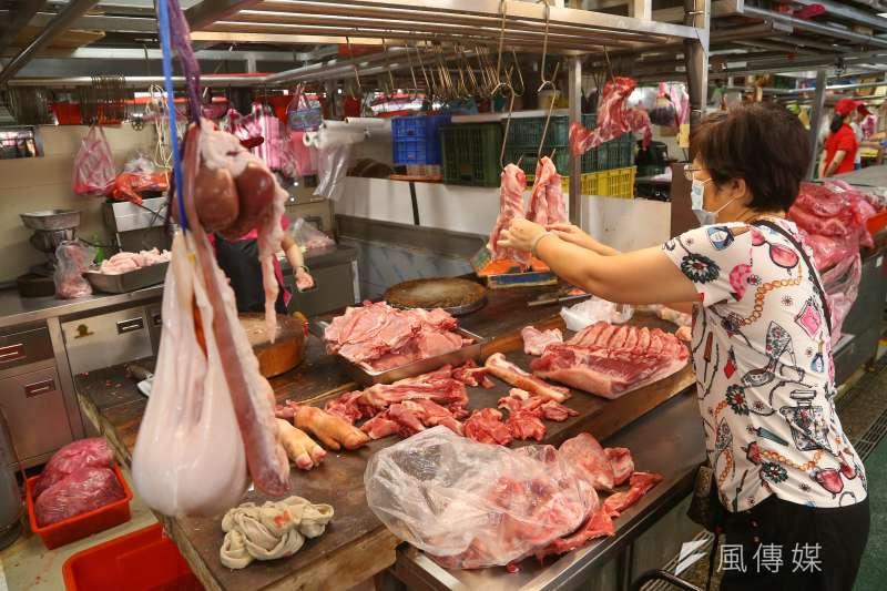 20200725-環南中繼市場25日舉辦開幕活動,圖為民眾於豬肉攤挑選畫面。(顏麟宇攝)