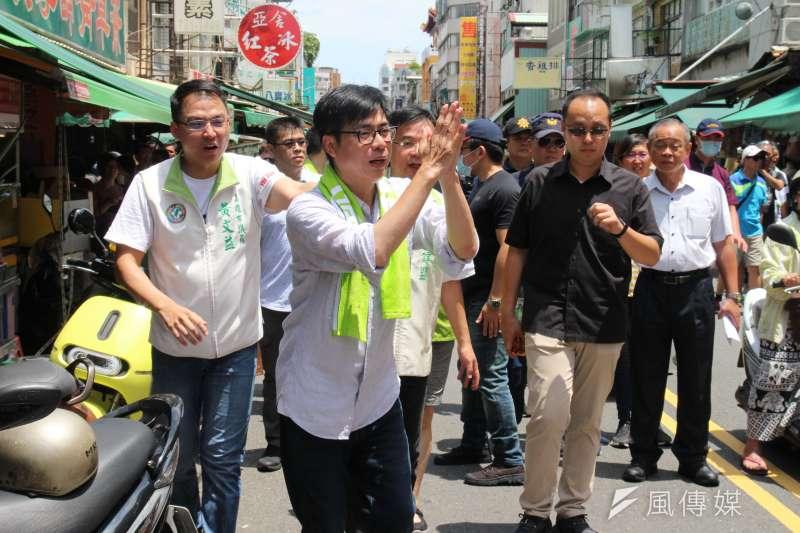民進黨高雄市長補選候選人陳其邁25日赴苓雅區的國民市場向鄉親拜票。(黃信維攝)