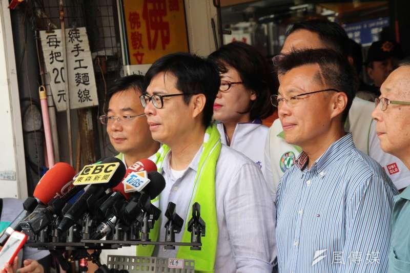 民進黨高雄市長補選候選人陳其邁25日赴前金區的仁德早市向鄉親拜票。(黃信維攝)