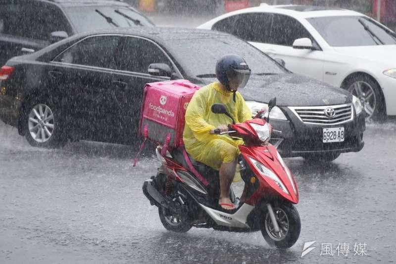 中央氣象局今(26)日中午發布大雨特報,全台19縣市易有強降雨,氣象局觀測,午後至下午3時20分,台北市信義區累積降雨量破百毫米最多。(盧逸峰攝)