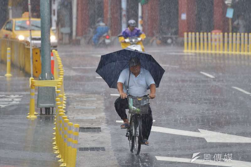 今天白天鋒面接近,水氣增多,中部以北及東半部地區都有降雨機會。(資料照/盧逸峰攝)