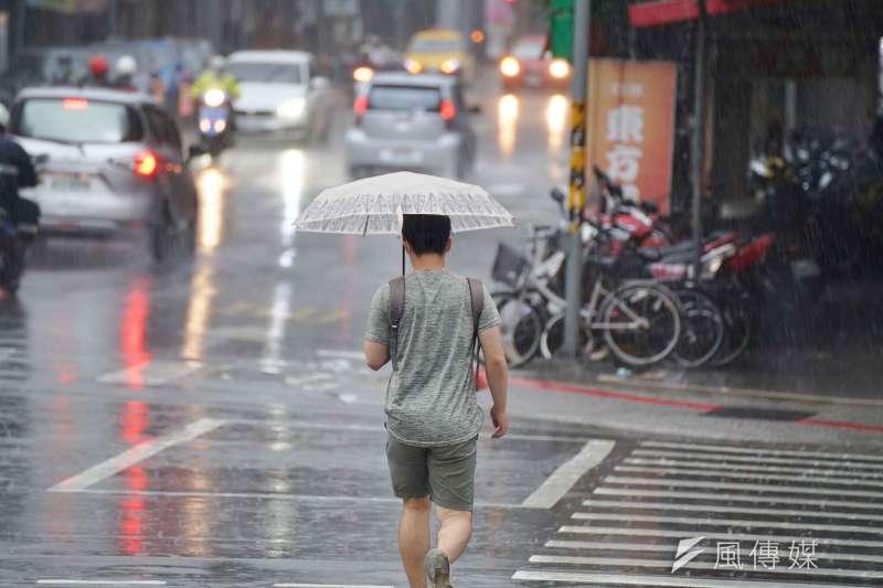 目前台灣受颱風梅莎外圍環流之影響,形成明顯的降雨,而東方海面上又有一低壓,中央氣象局表示,仍須3、4天的觀察時間以預測動向。(資料照,盧逸峰攝)