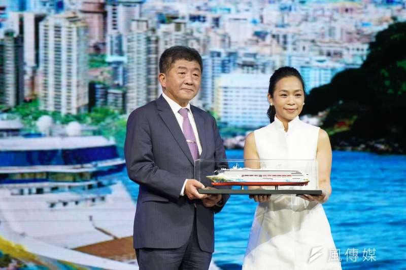 衛福部長陳時中(左)提醒,目前全世界的疫情仍處高峰,國內的各類開放也必須要「戒慎恐懼」,一步步來。(盧逸峰攝)