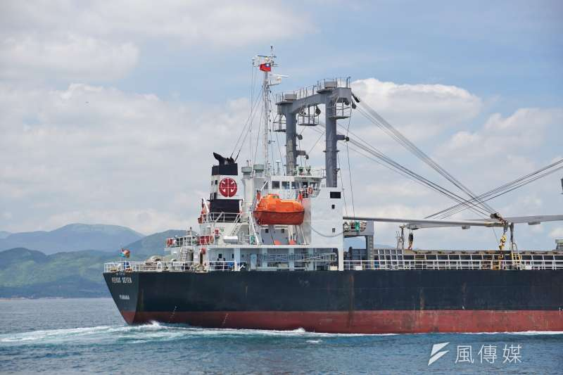 20200726-貨輪駛出基隆港。(盧逸峰攝)