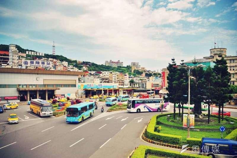 20200728-基隆車站前通勤車潮,圖中舊站現已拆除。(資料照,盧逸峰)