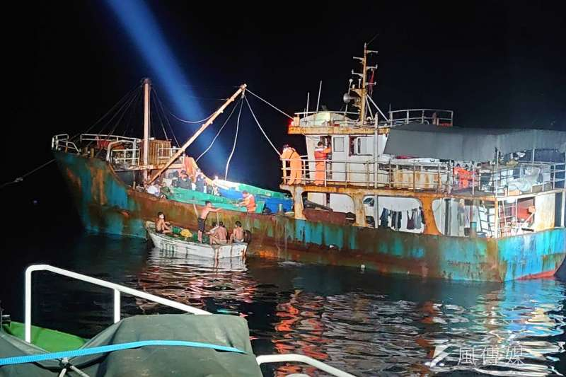 海巡艦艇於東沙島近海查扣違法越界作業的中國漁船「琼海○○號」,27日押抵高雄港偵辦。(海巡署提供)