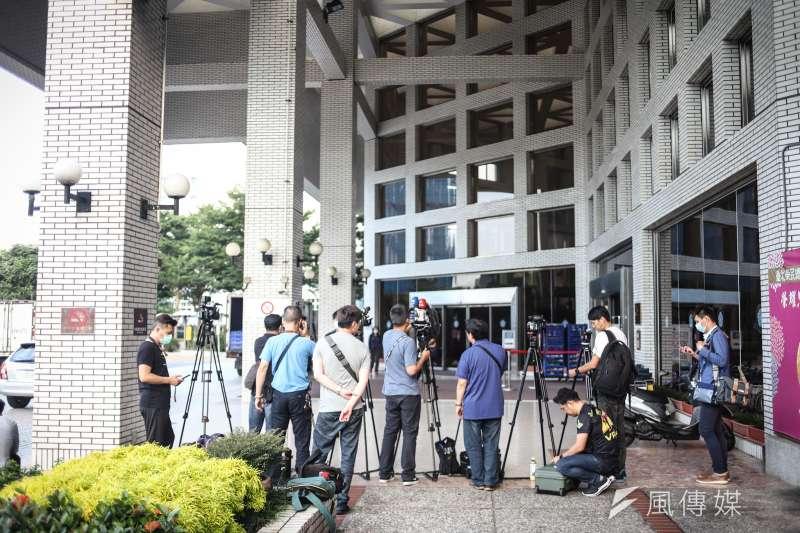 20200729-榮總中正樓大門,現場六時媒體開始守候畫面。(陳品佑攝)