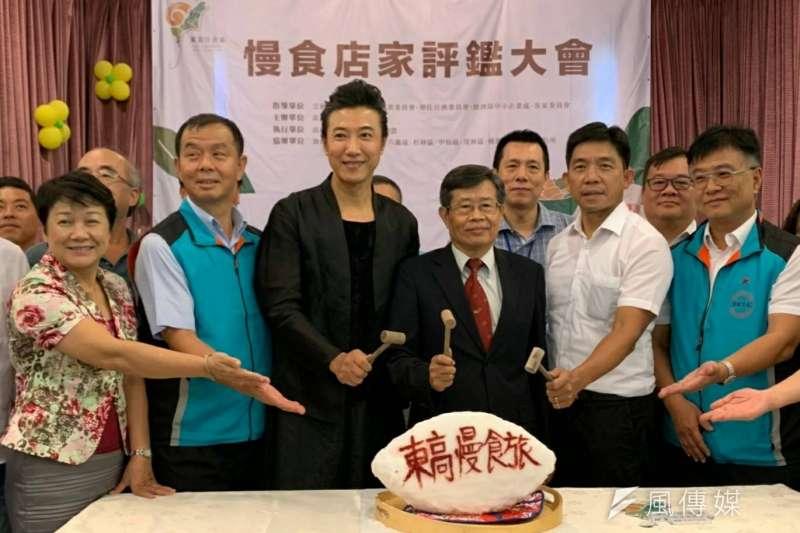 代理市長楊明州(右3)、觀光局代理局長邱俊龍(右2)、東高慢食代言人陳鴻(左3)敲開台灣鯛,象徵啟動評鑑大會。(圖/徐炳文攝)