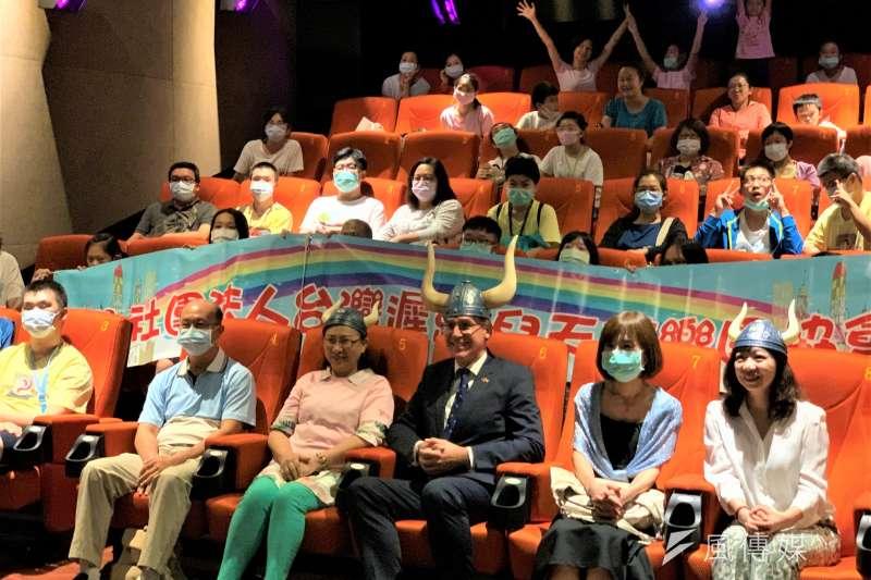 瑞典駐台代表言禾康與遲緩兒一起看電影《北海小英雄》(簡恒宇攝)