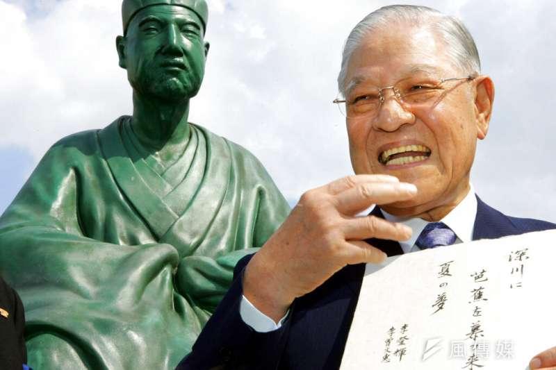 李登輝訪日,與他所喜愛的日本詩人松尾芭蕉銅像合影。(美聯社)