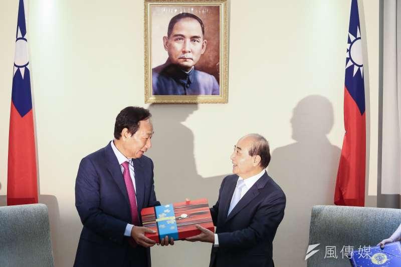 鴻海創辦人郭台銘(左)11日赴立法院拜訪立法院前院長王金平(右),並致贈月餅。(陳品佑攝)