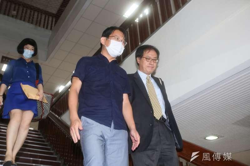20200804-立委收賄案,徐永明以80萬元交保,在律師陪同下離開北院。(林瑞慶攝)