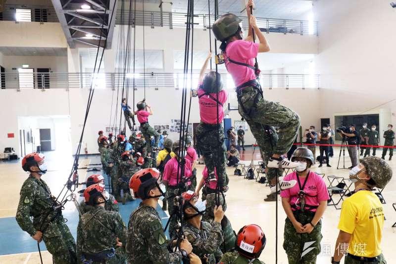 20200805-國防部今(5)日特別開放其中之一、今年首次舉辦的「特戰體驗營」供媒體採訪。圖為學員體驗戰術繩索攀爬。(蘇仲泓攝)