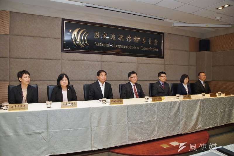 20200805-NCC於5日召開擴大記者會,主委陳耀祥(左四)率7位委員出席。(盧逸峰攝)