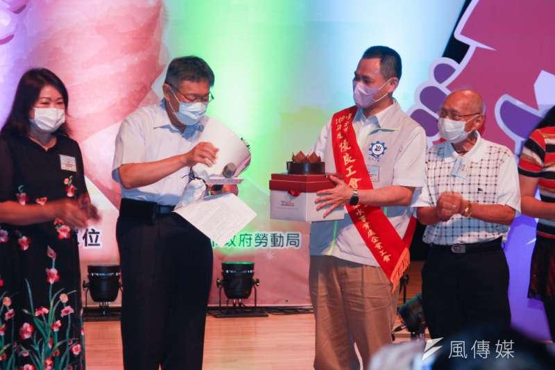 20200806-6日恰逢台北市長柯文哲(左)生日,公會代表幫柯文哲慶生。(方炳超攝)