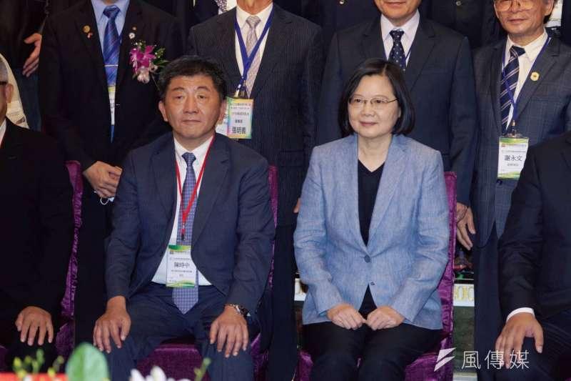 總統蔡英文(右)6日晚間與衛福部長陳時中(左)同台出席西藥商業同業公會晚宴。(盧逸峰攝)