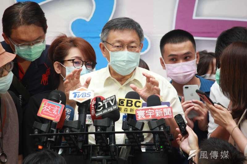台北市長柯文哲7日上午受訪時,談及時代力量黨內風波。(方炳超攝)