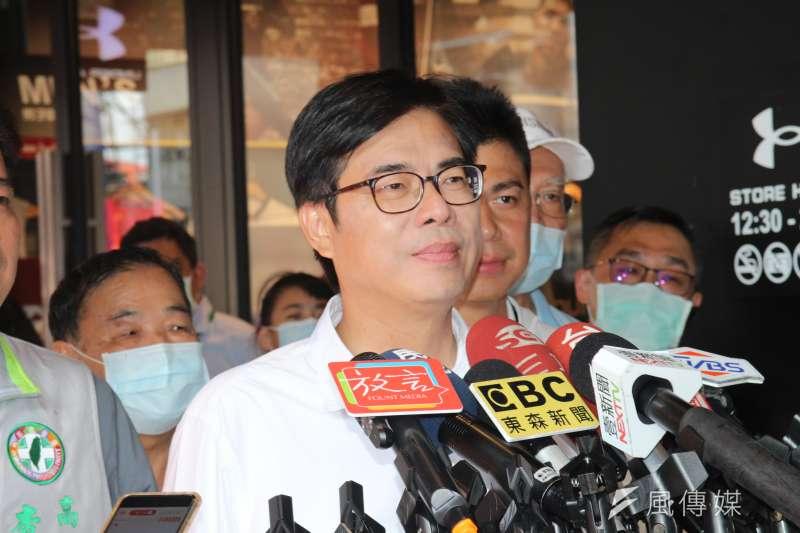 高雄市長補選將至,民進黨候選人陳其邁8日下午到德民市場掃街拜票。(黃信維攝)