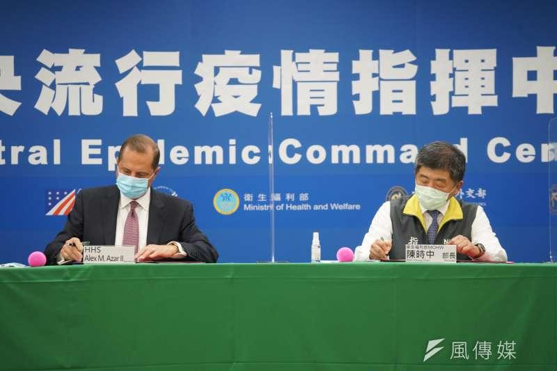 台美簽醫衛備忘錄,但台美FTA則被否決;圖為美國衛生部長艾薩(左ˋ)與衛福部長陳時中(右)。(盧逸峰攝)