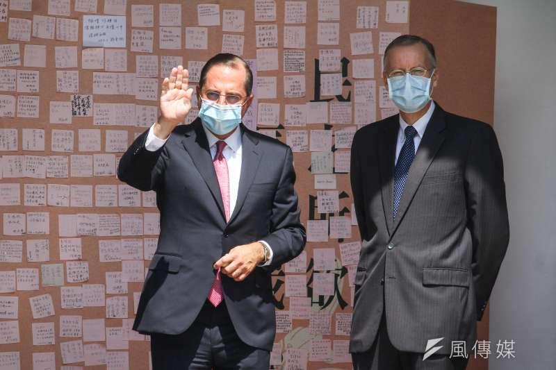 美國衛生部長艾薩(Alex Azar)(左)至前總統李登輝追思會場弔唁,右為AIT處長酈英傑。(蔡親傑攝)