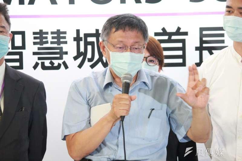 台北市長柯文哲(中)13日出席智慧城市首長高峰會線上論壇記者會,談及捷克訪團防疫措施。(方炳超攝)