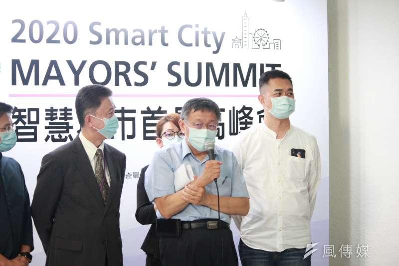 台北市長柯文哲(中)受訪時表示,大巨蛋有沒有利益團體他不敢講,「但就算有也一定不是我。」(方炳超攝)